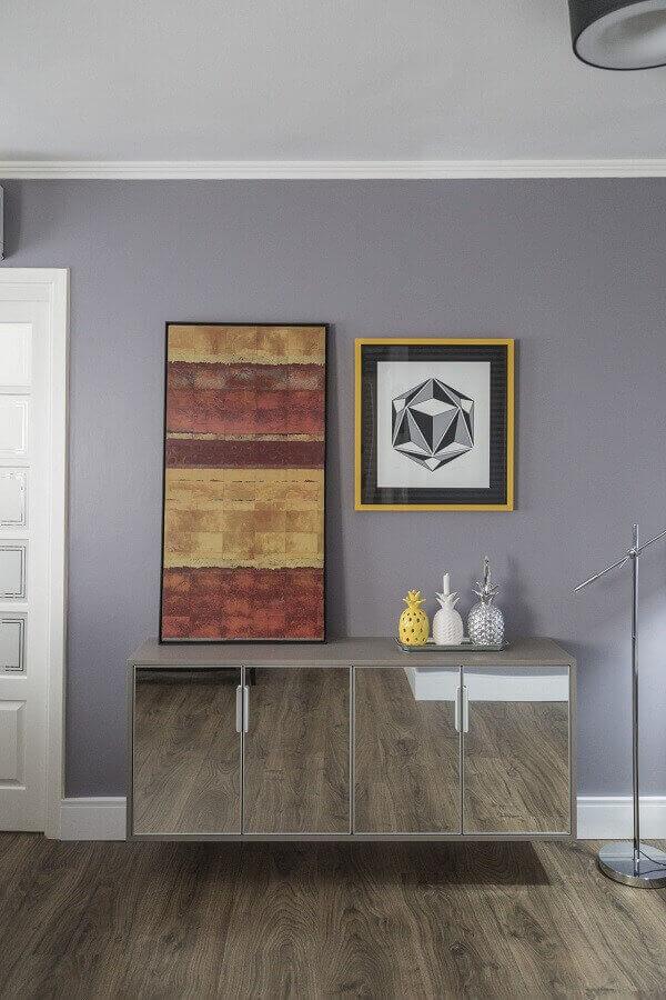 Aparador espelhado em hall cinza