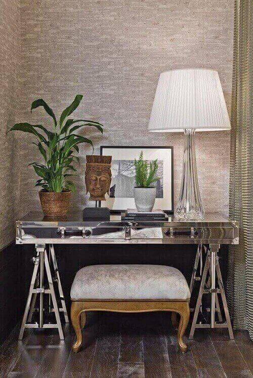 Aparador espelhado em quarto pequeno