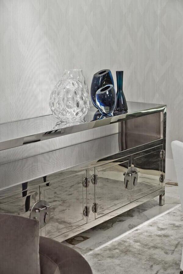 Aparador espelhado em sala de escritório