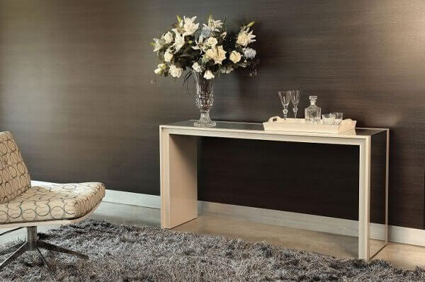 Aparador espelhado em sala de visitas