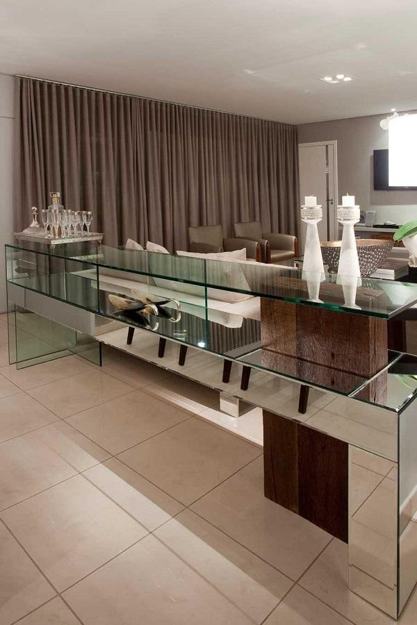 Aparador espelhado em sala grande