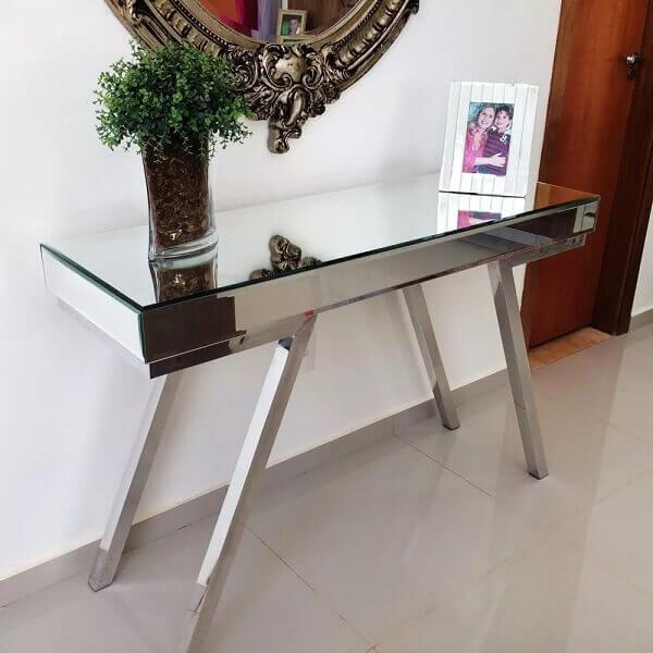 Aparador espelhado em sala pequena