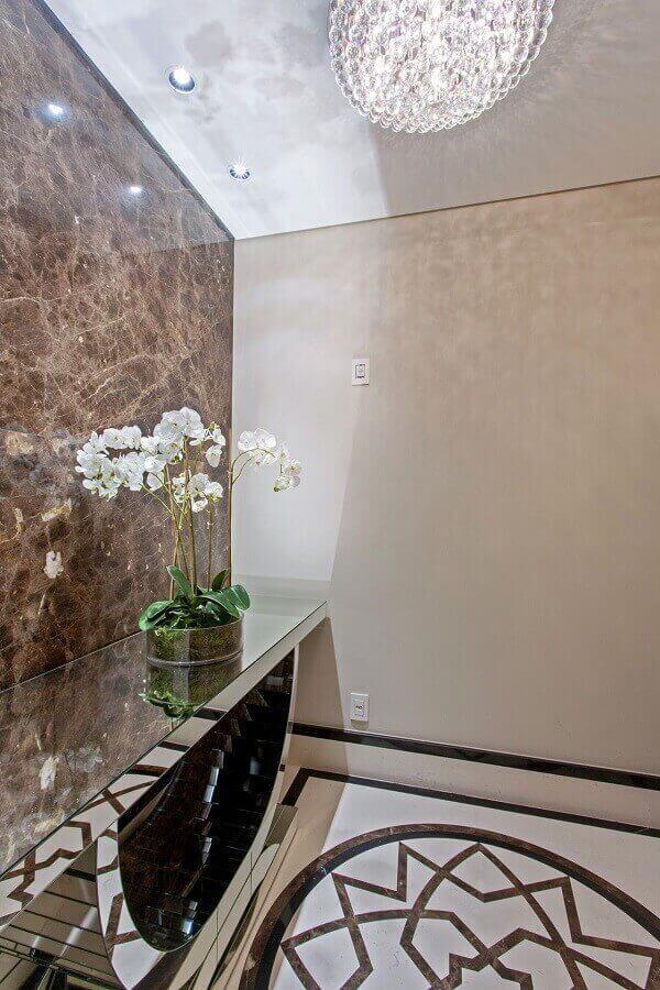 Aparador espelhado no hall em mármore