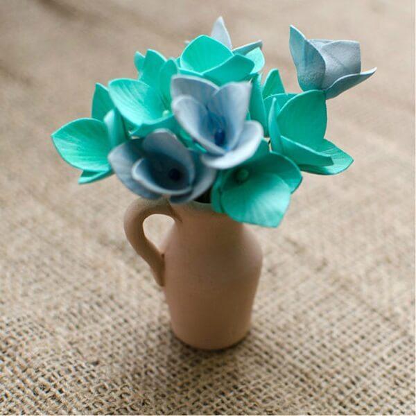 Flores de EVA delicadas complementam a decoração do ambiente