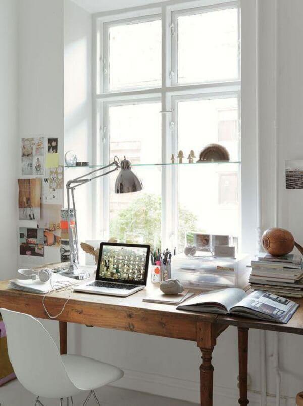 Aproveite o recuo da janela para instalar uma prateleira de vidro