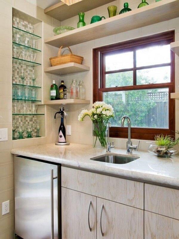 Aproveite o recuo da parede para instalar a prateleira de vidro