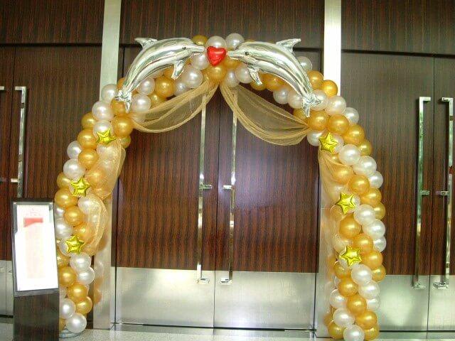 Arco de bexiga amarelo e dourado com balões de de golfinho Foto de Amazon