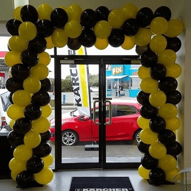 Arco de bexiga amarelo e preto Foto de Build a Birthday