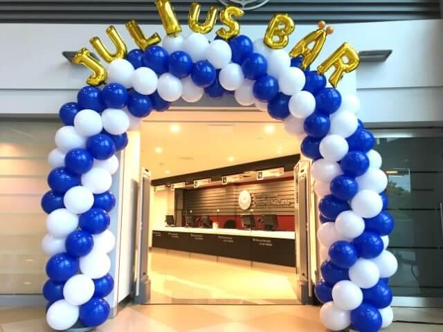 Arco de bexiga azul e branco em portal Foto de That Balloons