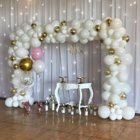 Arco de bexiga branco e dourado Foto de All Things Party