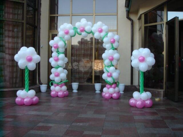 Arco de bexiga com balões brancos e rosa formando flores Foto de Jacobasan