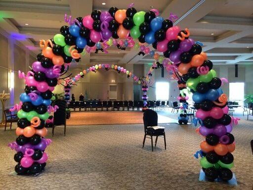 Arco de bexiga com balões pretos e cores fortes Foto de Funtacee Parties