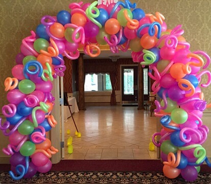 Arco de bexiga com cores fortes e balão palito Foto de Beach Party Balloons