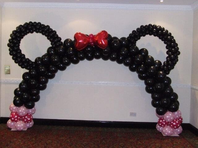 Arco de bexiga com tema Minnie Foto de Flower and Balloon Company