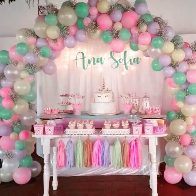Arco de bexiga com tons pastel e flores Foto de Pinterest