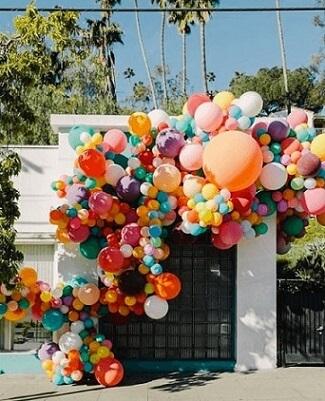 Arco de bexiga de parede com balões de vários tamanhos Foto de Pinterest