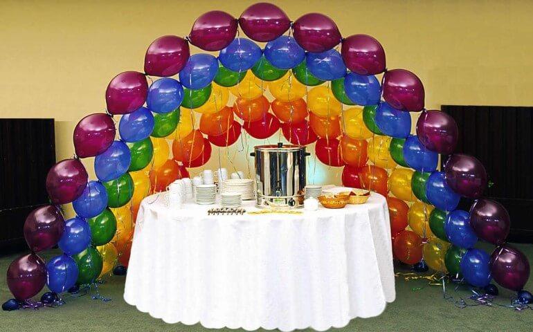 Arco de bexiga formado por arcos com cores diferentes formando um arco-íris Foto de Margaretting