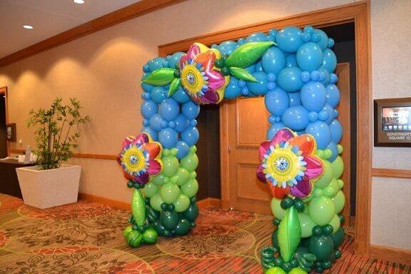 Arco de bexiga formando portal azul com flores Foto de Magical Wonderlande