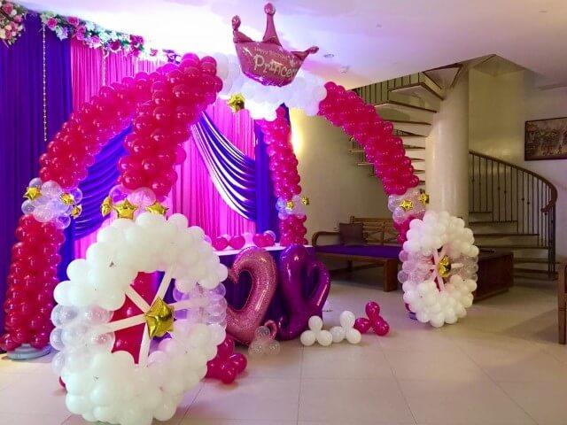 Arco de bexiga formando um carrossel Foto de Magical Wonderlande