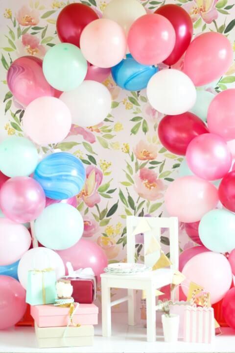 Arco de bexiga na parede florida Foto de Balloon Time