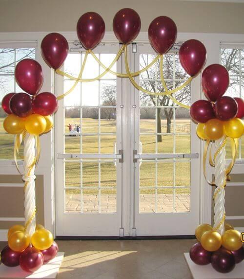 Arco de bexiga simples formando portal na porta Foto de Party to Go