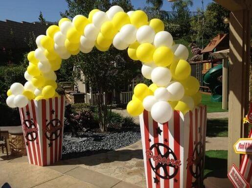 Arco de bexiga simulando pipoca Foto de Elite Balloon Design
