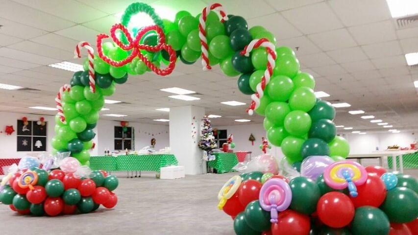 Arco de bexiga verde com balões parecendo doces Foto de Party Fiesta R