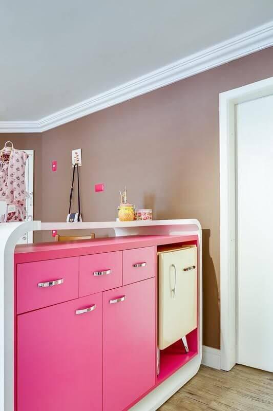 Atelier com armário em tons de rosa pink e frigobar Projeto de Juliana Lahoz