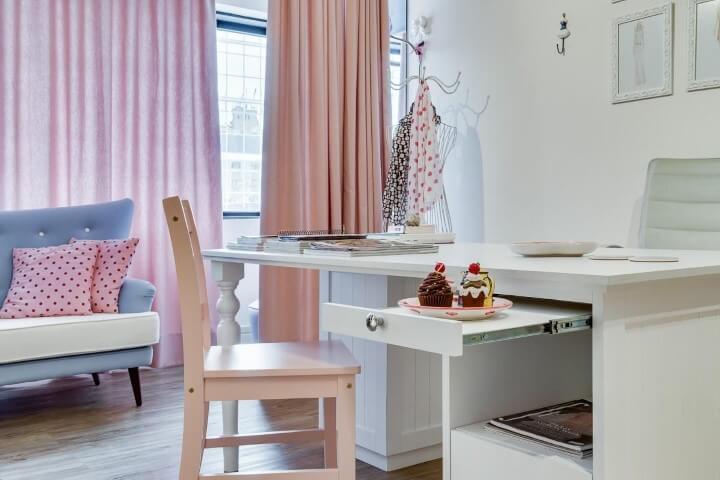 Atelier com cortinas em tons de rosa Projeto de Juliana Lahoz