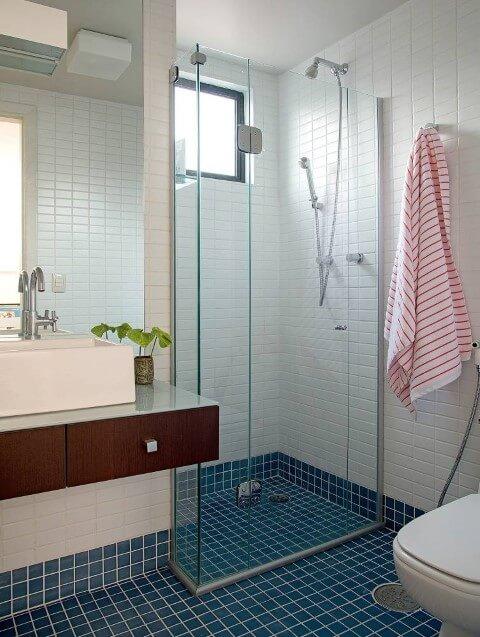 Banheiro com chão azul e paredes com revestimento branco Foto de Minha Casa