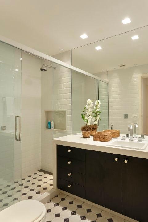 Banheiro com chão preto e branco e subway tiles Foto de Casa de Valentina
