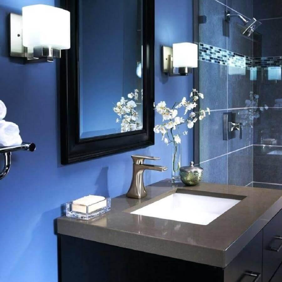 Banheiro com parede azul royal Foto EZ Pass
