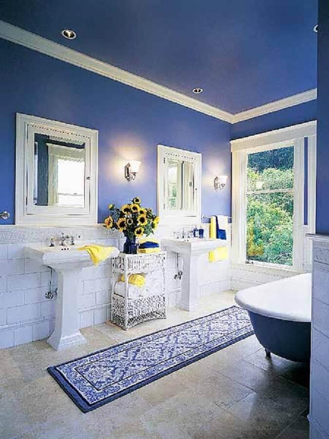 Banheiro com paredes e teto em azul royal Foto Infoartweb