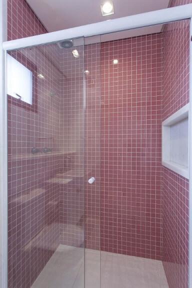 Banheiro simples com pastilha em tons de rosa escuro Projeto de Ark2 Arquitetura