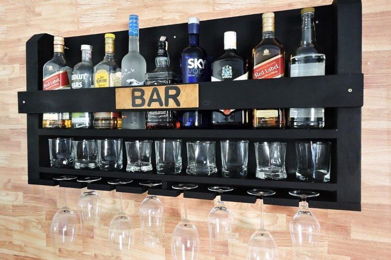 Bar de parede com garrafas e taças