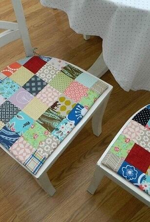 Cadeiras com almofadas feitas de patchwork