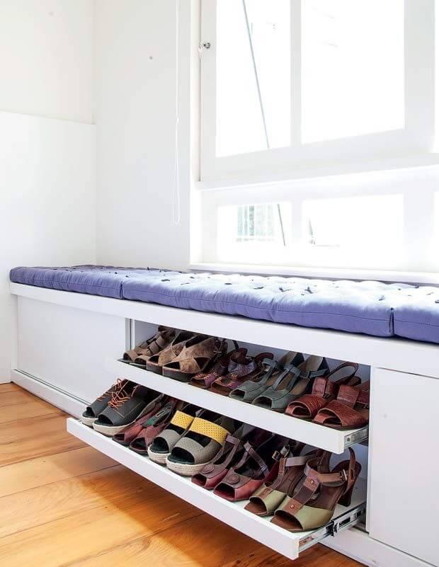 Calçadeira com sapateira e almofadas roxas Foto de Pinterest