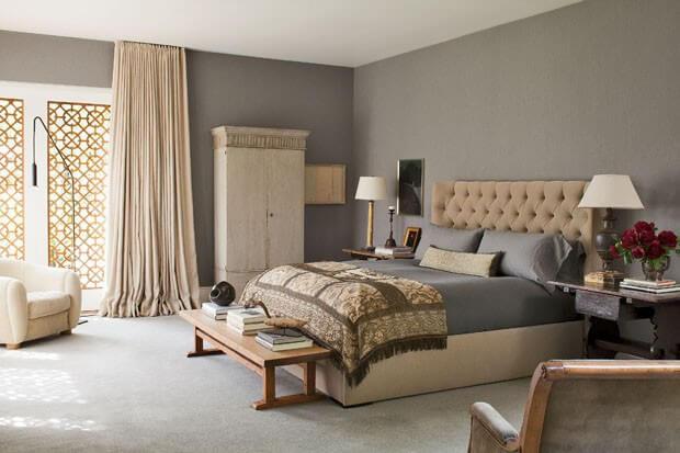 Calçadeira de madeira em quarto aconchegante