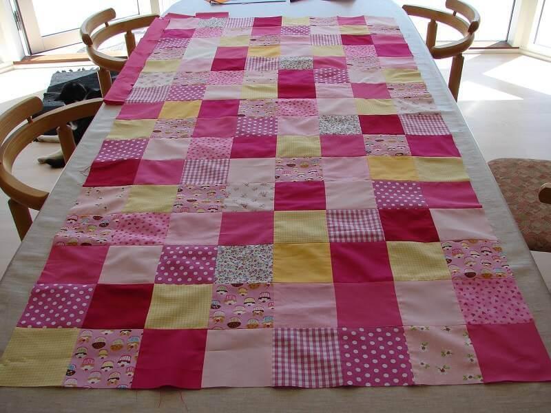Caminho de mesa de patchwork em tons de rosa
