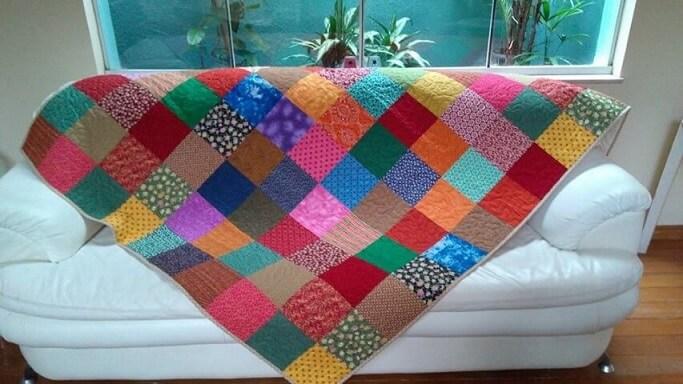 Colcha de patchwork coloridos sobre sofá branco Foto de Elo 7