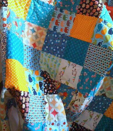 Colcha de patchwork com estampas infantis Foto de Mavada