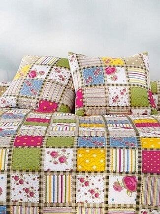 Colcha e almofadas de patchwork