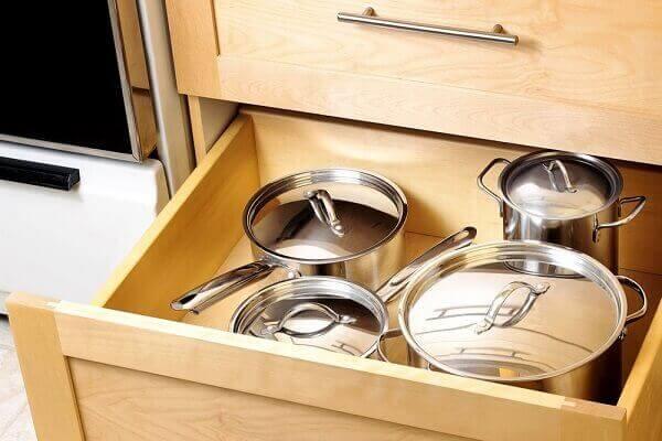 Como organizar armário de cozinha gaveta de panela
