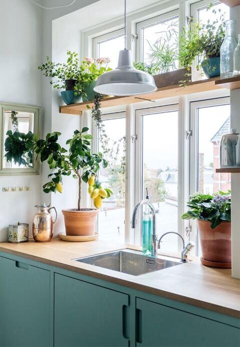 Cozinha clara com prateleira de madeira e armário azul Foto de VK