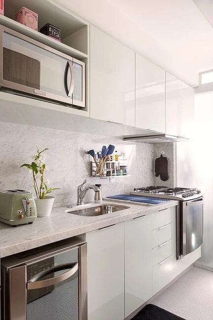 Cozinha clean com armários brancos e bancada de mármore Foto de Mandril Arquitetura