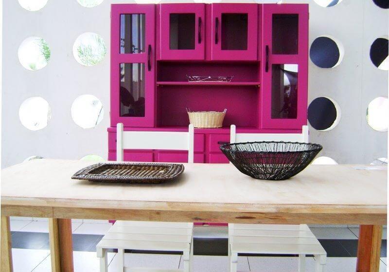 Cozinha com armário em tons de rosa Projeto de Alerson Márcio