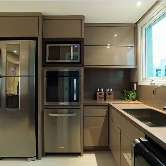Cozinha com móveis planejados em tom de marrom Foto de Pinterest