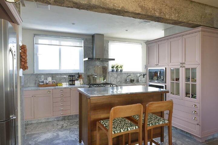 Cozinha planejada com armários em tons de rosa claros Projeto de Manarelli Guimarães