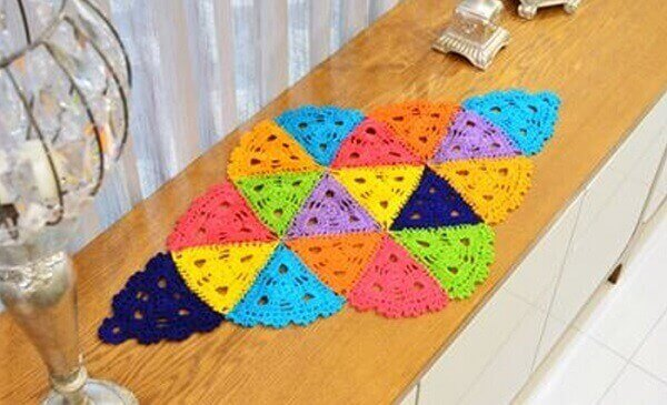 Crochê caminho de mesa colorido