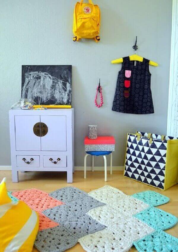 Crochê com tapete com cores variadas